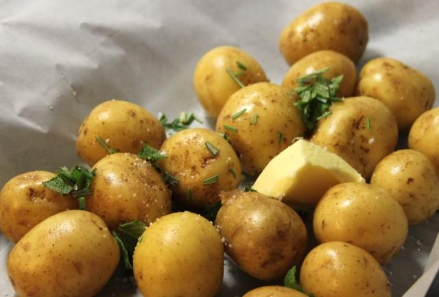 Små nye kartofler i bagepapir med krydderurter