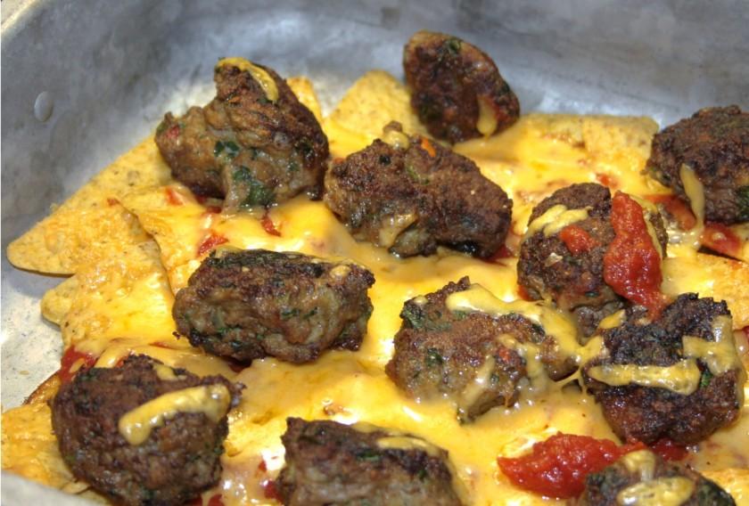 Cheddargratinerede mexicanske kødboller med tortillachips og tacosauce